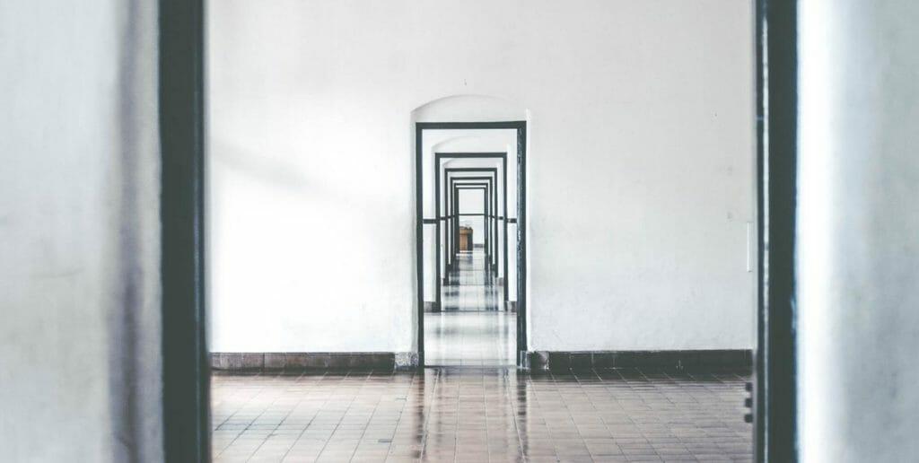 sequenza di porte aperte